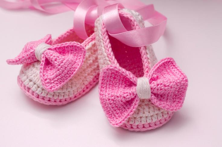 Wunderschöne gehäkelte Ballerina Schuhe mit gehäkelter Scleife und Satinband zu halten die Füße deines Kindes schön und warm.    Sie sind gemütlich...