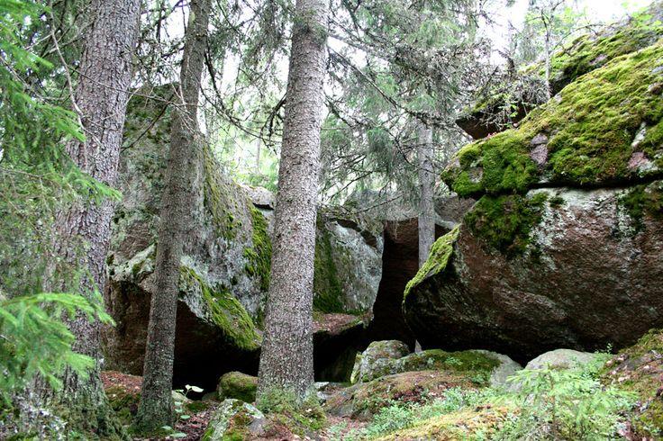 Pahojärven piilokirkon salaperäisen nimen taakse kätkeytyy siirtolohkareiden muodostama luola Varsinais-Suomessa Laitilassa.