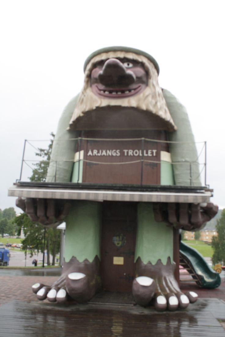 """I Värmlands dype skoger, ca 12 mil fra Oslo, ligger den lille byen Årjeng. For Oslofolk og Østfoldinger er Årjeng til Tøckfors det samme som Strømstad er for Svinesund: tre ekstra mil man kjører fra shoppingsenteret for å dra på systembolaget. Årjeng er mye mer en """" systemet"""". Sommarvik Campinger en 5 sterner camping som …"""