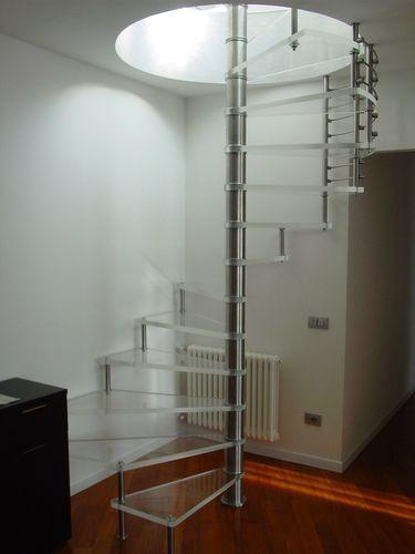 escalera de caracol con zancas laterales (estructura de acero inoxidable y peldaños de vidrio) ACRYL GLASS SCIRIA Siller Stairs