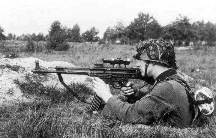 A soldier demonstrates the transitional MP 43/1 variant used to determine the suitability of the rifle for sniping purposes October 1943. The rifle is fitted with a ZF 4 telescopic sight. Credit: Bundesarchiv Bild 146-1979-118-55.