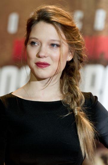 Trança lateral: o penteado da vez tem textura bagunçadinha e faz sucesso entre as famosas | MdeMulher