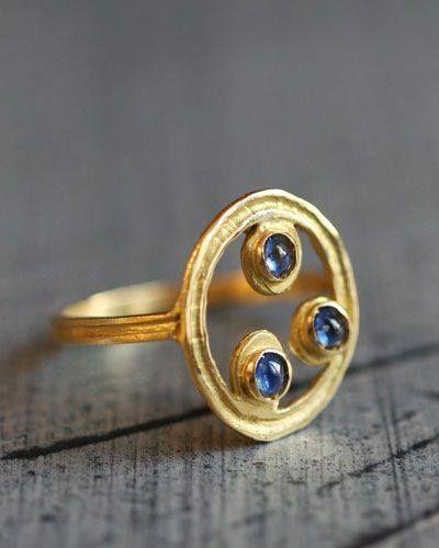 Celestial Gold ring by Hélène Courtaigne Delalande. 18 carat gold, three cabochon sapphires.  http://www.atelier-bijoux-createurs.com/