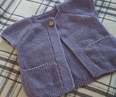 Nem strikkeopskrift på den sødeste cardigan med korte ærmer, lommer og en enkelt knap. Praktisk og hurtig at tage af og på i den kolde tid. Jakken er strikket i en blanding af uld, alpaka og cashmere.