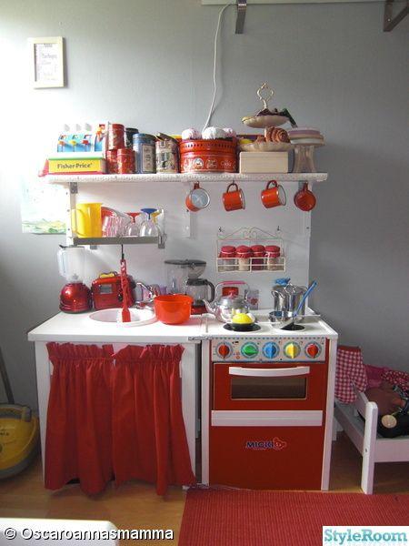 Här bor vår dotter. Ett litet rum, men väldigt mysigt. Väggar grå, matchar det mesta. Tanken var att hon skulle ha röda accenter, men då min dotter insisterar på att hennes favoritfärger numera är rosa och lila, lägger jag för tillfället ner, i väntan på hennes nya rum. . Ett litet rum, men väldi...