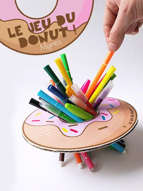 Un jeu à imprimer hyper rapide à fabriquer et qui occupe les après-midis de pluie ! Sur le principe du mikado, mais avec un gros donut et des crayons. Voilà un petit jeu d'agilité qui promet de bonnes rigolades !