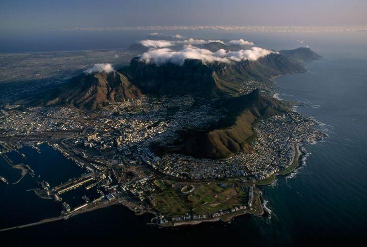 Città del Capo, Sudafrica Città del Capo, affacciata sull'Oceano Atlantico, era una tappa obbligata per i navigatori che volevano raggiungere le Indie. In questa immagine le nuvole coprono il Capo di Buona Speranza. Più in là Cape Point e l'Oceano Indiano. Fotografia di James L. Stanfield/National Geographic