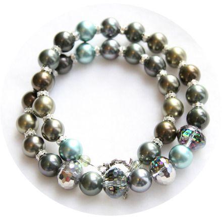 49 € - Collier mi-long en perles nacrées et perles facetées effet vitrail.  Le rang de perles nacrées est un camaïeu de tons bleu paon, vert bronze, marron doré, gris irisé. Le ce - 12934893