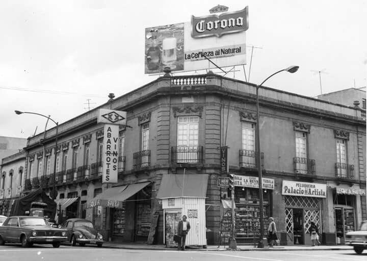 México a través del tiempo La esquina de Serapio Rendón y Antonio Caso, en la colonia San Rafael, a finales de los años setenta. El edificio que se aprecia al frente aún existe, aunque actualmente los locales están cerrados.