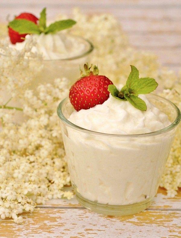 Holunderblüten-Mousse aus Joghurt und Holunderblütensirup ist leicht und duftig wie ein Wolke. So erfrischend - eine Liebeserklärung an die Holunderblüte!