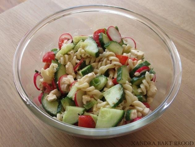 Verse pastasalade met voorjaarsgroenten..doe er wat tonijn door of gerookte kip jammie