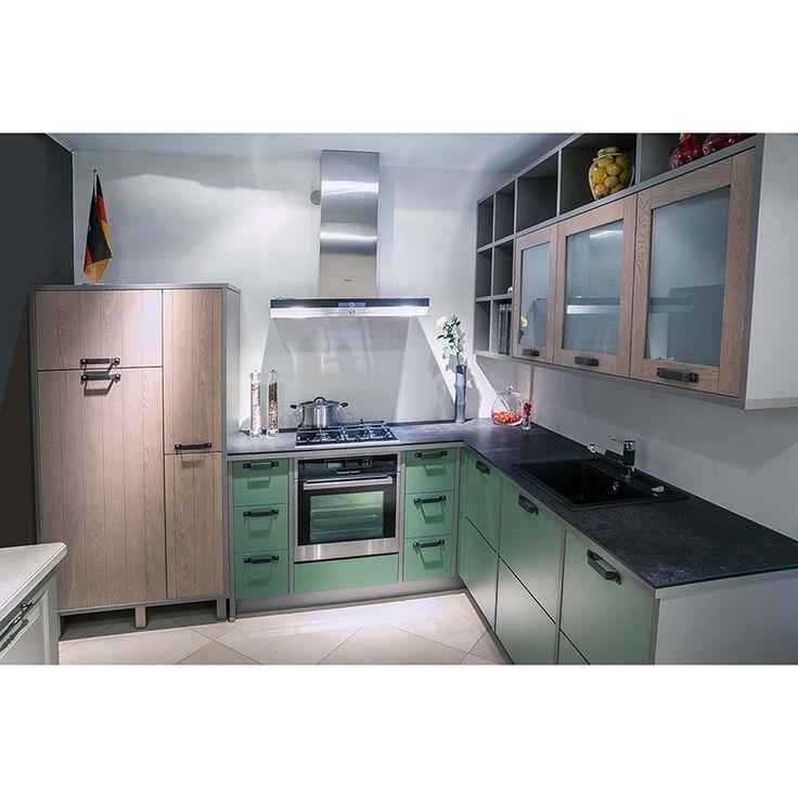 BAKU+VIENNA+NANTES В создании этой кухни участвовали три фасада: BAKU 249 - гладкий зелёный из 3-й ценовой группы, шпонированный с рамкой NANTES 679-FG213 и шпонированный с раскладкой под доски VIENNA 677-FG213. Стиль этой кантри кухни можно определить как ЛОФТ. В дизайне использованы ручки и декор брутального вида #bauformat