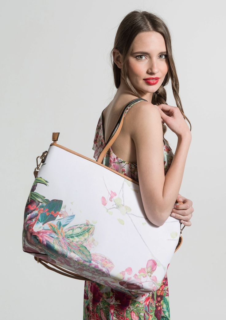 Shopper bag with a floral print. It has a removable strap to wear as a shoulder bag.