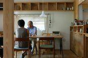 建築家の自邸づくり 埼玉県行田市埼玉(さきたま)。田畑が広がりどこかのんびりとした時間が流れるこの地に、建築家の金子正明さんの自邸はある。 「キナリのシャツのような、かざらないしっくりとなじむここちよさ」をモットーに、素朴でかざらない家づくりを行う正明さん。 そんな建築家の自分の家族のための家が完成したのは、今年の3月のことだった。 正明さんはこの家を「さきたまの家」と名づけた。さきたまの家に住むのは、正明さん・有子さん夫妻と、8歳の颯夏(さな)ちゃん、5歳の和平(わへい)君、そして正明さんのご両親の6人だ。敷地内には、正明さんの仕事場であるアトリエ、お父さまが丹精込めて手入れした庭、家庭菜園もあり、広々とした開放感がある。 新たな試みを楽しむ この地で生まれ育った正明さんは、都内の設計事務所で経験を積んだのち、10年ほど前に、慣れ親しんだ郷里で「かねこ建築製作所」を始めた。「時が経つにつれて風合いがにじみ出て愛着が湧く家を、丁寧につくっていきたかったんです」と話す正明さん。これまで、地域や住まい手の暮らしに沿った家を多数手がけてきた。…