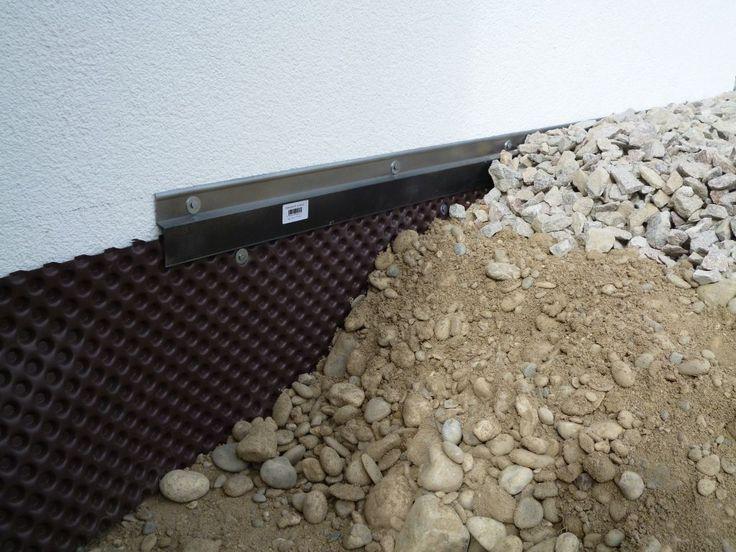 Vue de coupe de la bordure le long de la maison: Delta-MS   profilé de finition avec une sous couche de tout venant et une couche de finition en granit