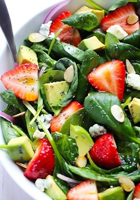 Thing's you love to eat: avocado & aardbeien salade! Aardbeien, avocado, mix van veldsla en rucola, rode ui, chia zaden en blauw kaas (gorgonzola) Vul je kom tot halverwege met de slamix. Snij ondertussen de avocado en rode ui in kleine stukjes en halveer de aardbeien. Breng de salade op smaak met de blauwe kaas. Maak het af met super food: chia zaden. Geniet ervan!
