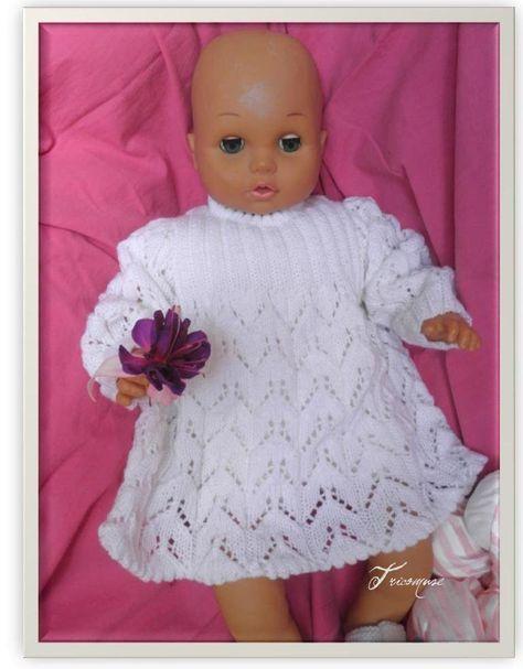 Voici une petite robe au point ajouré; Ma maman m'a donné tous ses vieux modèles de tricot, cette petite robe en faisait partie, je l'ai u...