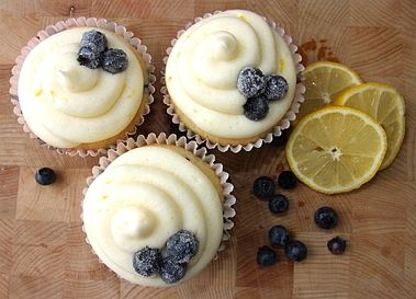 lemon and blueberry cupcakes with slices of lemon and bluberries