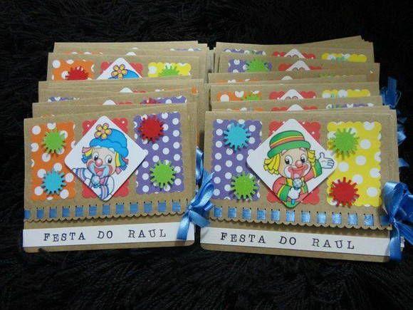 Convite Patati Patata papel Kraft, o convite vem no envelope colorido (azul, vermelho ou amarelo), com TAG com o nome do convidado colado no envelope.  Pedido mínimo 25 unidades