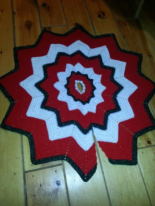 Christmas Tree Skirt Knitting Pattern : Crochet christmas tree skirt made one similar to this it