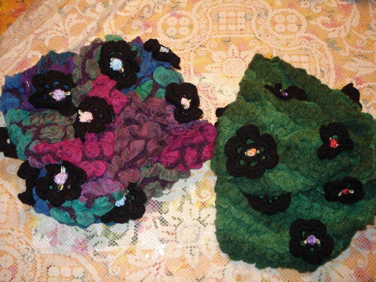 sciarpe in tessuto goffrato , impalpabili con applicazioni di rose fatte a mano e microroselline come centro dalle varie cromie. Colori sfumati in armonia e verde deciso su cromie di rose nere per entrambe le sciarpe.