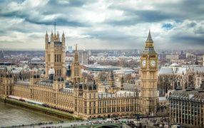 Вестминстерский дворец и Биг Бен на фоне неба, Лондон. Англия