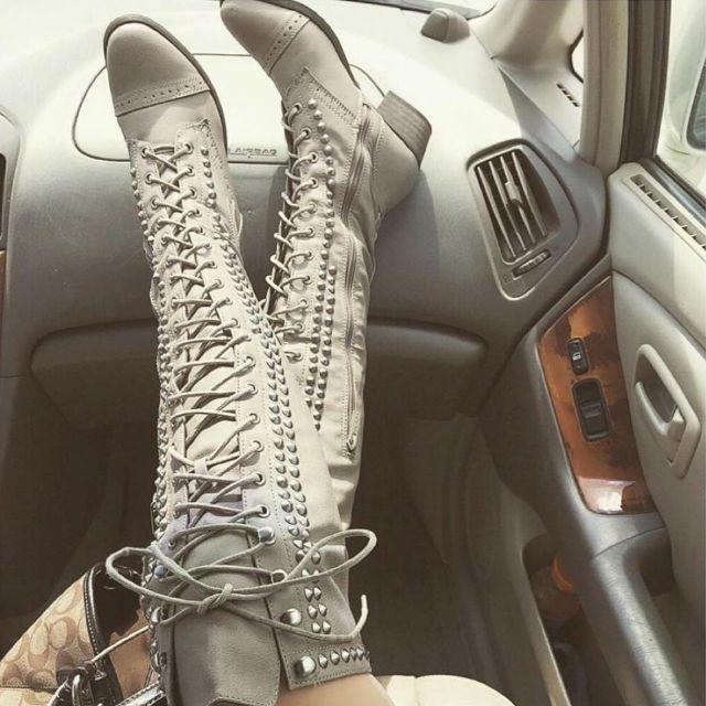 Coxa alta enchidas botas de combate