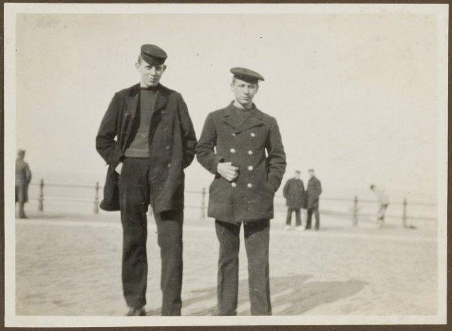 Arie Toet (l.) met een andere visser op de boulevard. ca 1915 #ZuidHolland #Scheveningen
