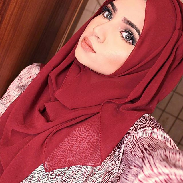 Will be posting a hijab tutorial later today of this style! Using the maroon…