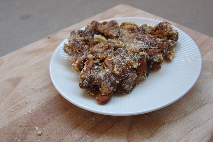 Een recept van een taart met maar 3 ingrediënten: dadels, noten en kokosrasp. Dit taartje past in het paleo dieet, maar ook in een (rauw) veganistisch dieet.