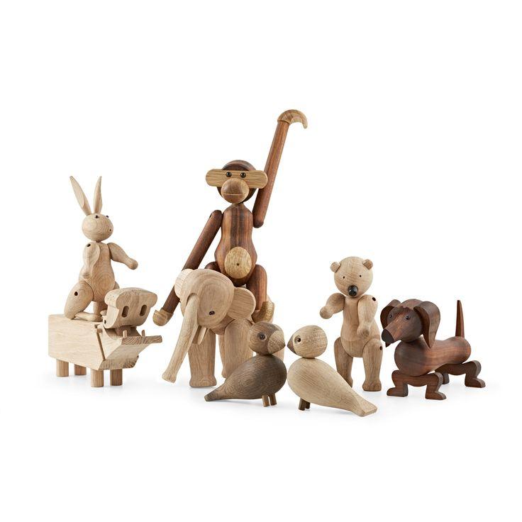 Kay Bojesen med et udvalg af legetøjsdyrene
