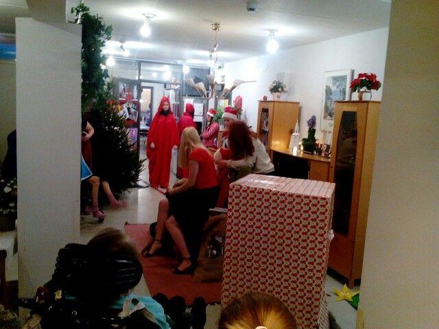 Lumon lukion teatterilinja toi joulutervehdyksen Foibekotitaloon