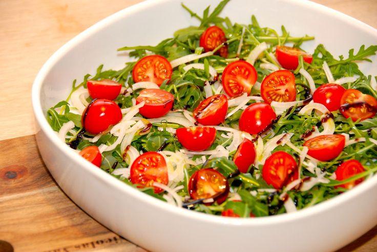 Sådan laver du verdens nemmeste salat med rucola. Tilsæt små Juanita tomater, lidt løg og dryp med balsamico og olivenolie. Til denne nemme salat med rucola og små tomater skal du bruge (til fire p…