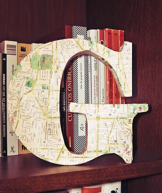 A Memory Board - Use the first letter of the name of the place, cover w a map of that location and you'll always recall the time spent there.    Cómo hacer letras para decorar