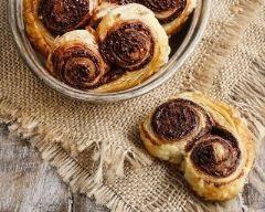 Biscuits palmiers à la tapenade : http://www.cuisineaz.com/recettes/biscuits-palmiers-a-la-tapenade-83659.aspx