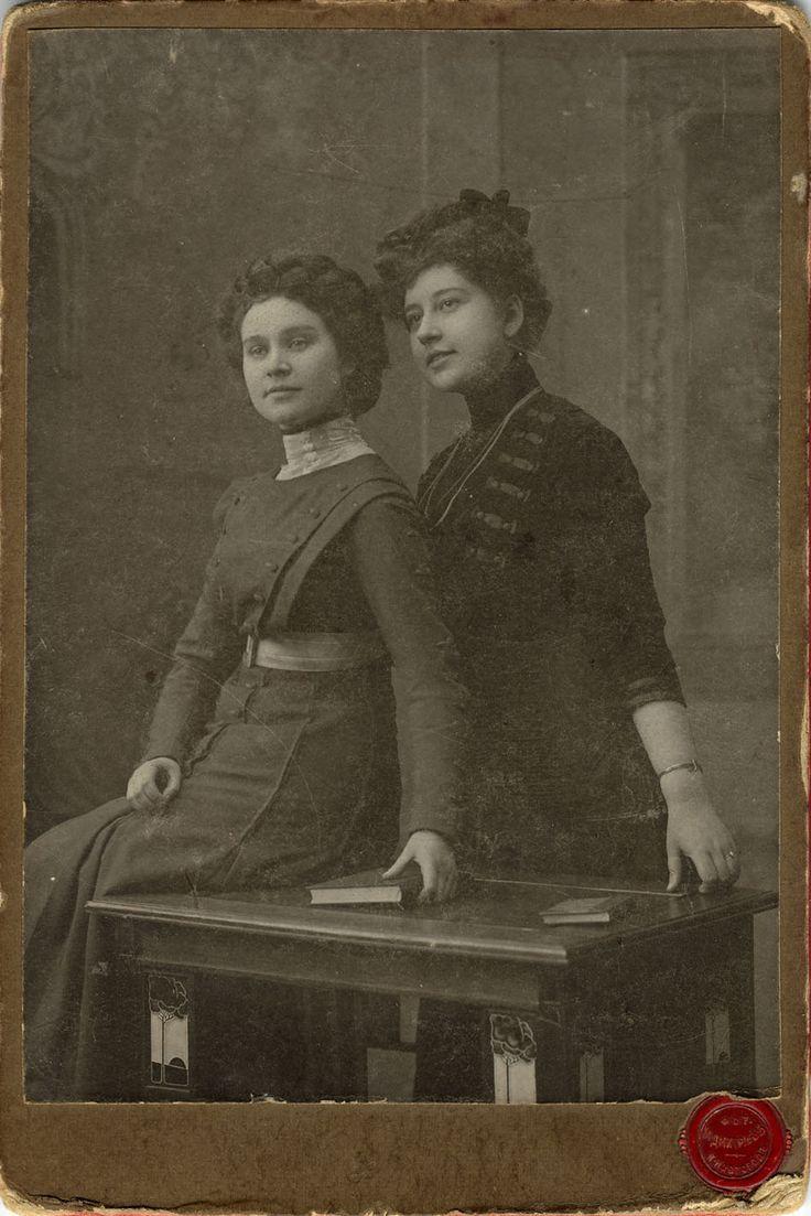 Фотограф М. Дмитриев, Нижний Новгород. Портрет двух молодых женщин. Начало ХХ века.