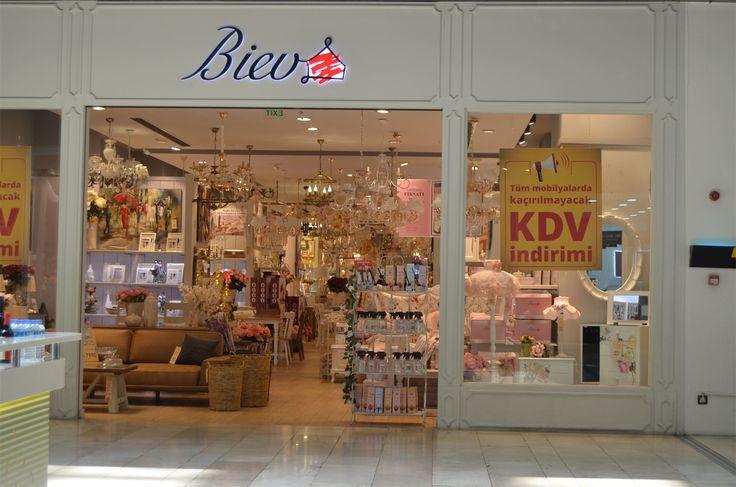 Торговый центр в Стамбуле - Мармара Форум (Marmara Forum AVM)  Если вы хотите сделать покупки в Стамбуле, рекомендую отправиться в этот торговый центр. Здесь есть большинство самых известных турецких и международных брендов, а также нескольк уютных кофеен (в том числе Старбакс), разнообразие кафе и ресторанов и супермаркет Карфур, расположенный на нулевом этаже. Здесь же находятся магазины с товарами для дома и кухни, домашним текстилем и бытовой техникой.   #стамбул #турция #шоппингвтурции…