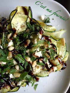Du coup, je ne sais plus quels termes employer pour vous décrire la sublimitude de cette salade qui explose littéralement en bouche, grâce à la fraîcheur de la menthe associée à la finesse de la courgette délicatement grillée,  rehaussé par le goût subtil de la fêta, auquel se mêlent la saveur de l'huile d'olive, la douceur de la crème de balsamique, puis le croquant des pignons délicatement torréfiés