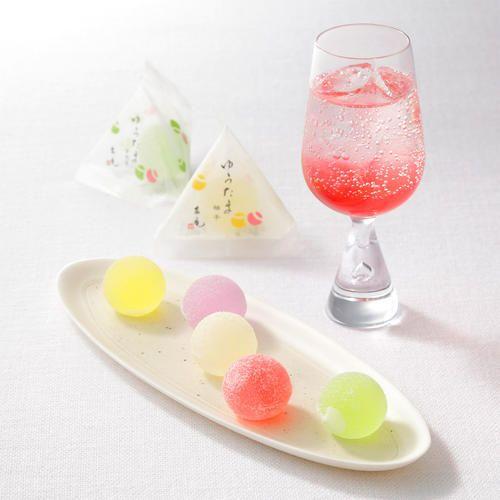 北川柚子、有機すだち、阿波山桃、美郷梅、幻の果実、ゆこう。四国産の5つの果実をいかした、こだわりの錦玉菓子「ゆうたま」と、ルビーのような鮮やかな色目が美しい、山桃じゅうすのお詰合せ。炭酸水や氷水・お酒と割ったり、かき氷のシロップにもどうぞ。※ゆうたまは観光庁主催「究極のお土産」に認定、和菓子職人のじゅうすは「omotenashiセレクション」にて金賞を受賞いたしました。                                                                                                                                                      もっと見る