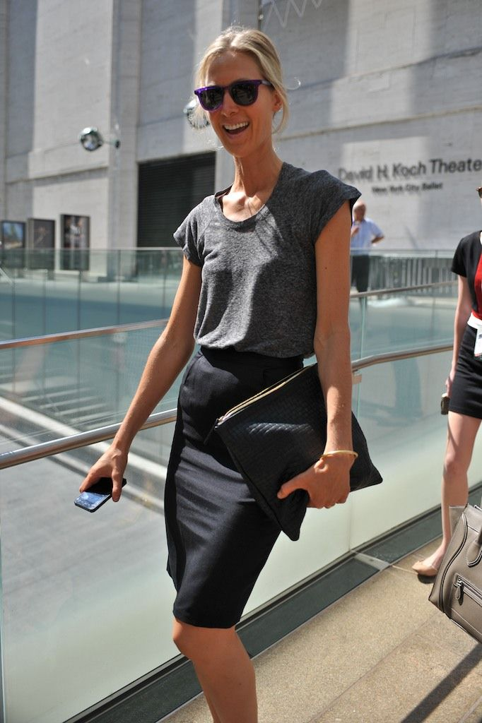New York Street Style     #StreetStyle #Fashion #NYFW #NewYorkFashionWeekWork Looks, Offices Attire, Grey Tee, Work Outfit, T Shirts, Business Casual, Offices Chic, Black Pencil Skirts, Chic Office