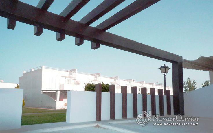Pérgola decorativa minimalista construida en vigas de madera laminada  GL 24 . diseño Muxacra Arquitectos, construcción www.NavarrOlivier.com