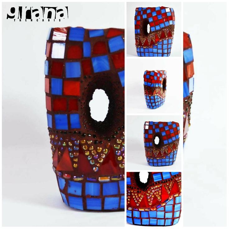 Jarrón intervenido por Grana, su diseño está inspirado en la cultura árabe.