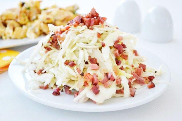 Tiroler #Krautsalat schmeckt sehr lecker. Das Rezept stammt aus dem Westen Österreichs und ist verführerisch gut.