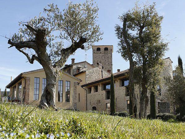 Il #Castello Malaspina di Varzi: la Casa del Fattore, la Limonaia e la Torre delle Streghe visti dal giardino.