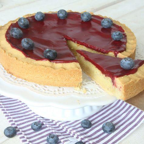 Lyxig kaka som består av tre lager; en frasig mördegsbotten, en krämig härlig mandelmassfyllning och en läcker glasyr.