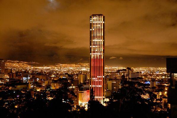 Edificio Colpatria de noche en Bogotá
