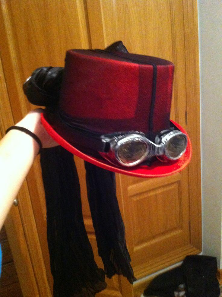 home mada steampunk hat DIY. Red hat, black panties, swimming googles silver paint golden paint - sombrero medias gafas buceo pintura plateada y dorada