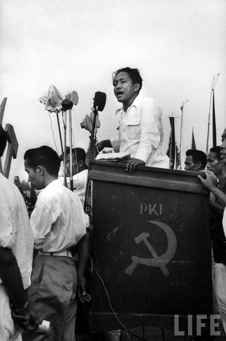 Ketua Partai Komunis Indonesia (PKI) D. N. Aidit berpidato pada masa kampanye Pemilu 1955,
