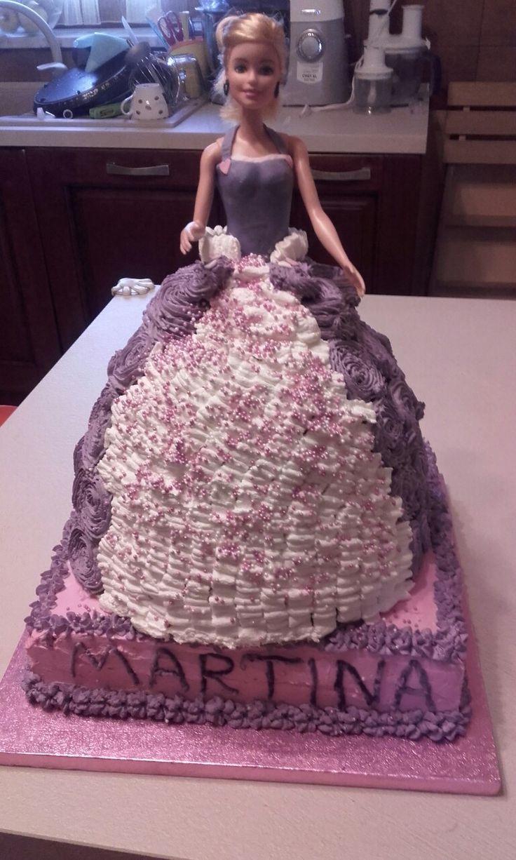 Torta Barbie. Ho utilizzato diversi dischi di torta quattro quarti per realizzare il vestito e la base di appoggio. La torta era farcita con una crema al mascarpone nutella e gocce di cioccolato :-P