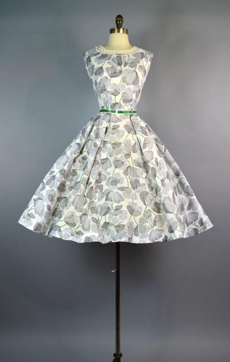 We zijn blij om u dit zoete partij jurk uit de jaren 1950. Dit is een vroege o & K originelen ontwerp.  ✂FABRIC Dit is gemaakt van lichtgewicht Zwitsers bezaaid van katoen met een overvloed aan grote grijze papavers qith groene stengels. De print op deze jurk is prachtig en ongewone!  Deze beschikt over een ingerichte, mouwloos bovenlijfje met een brede ronde hals versierd met pure Tule en kleine haak bobble trim. Overeenkomende groene en witte riem in de taille van de wasp.  De rok is e...